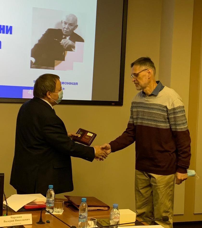 Медаль вручает В.Н. Чарушин